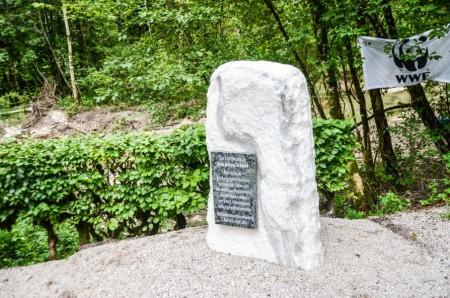 Gedenkstein zum Andenken an Fr. Julina Schmid, durch die diese Bauvorhaben ermöglicht wurde.