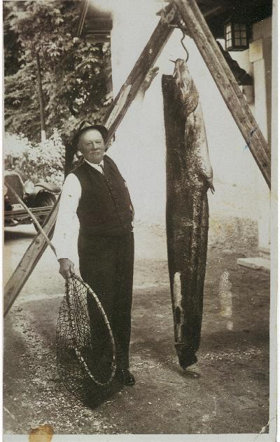 """Mein Urgroßvater mit einen Wels! Ob ich meine """"Fischer Gene"""" hier geerbt habe?"""