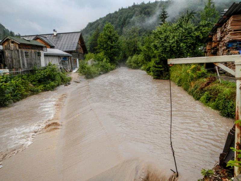 Goiserer Weissenbach, der oberhalb von Lauffen in die Traun mündet, nach einem Sommergewitter