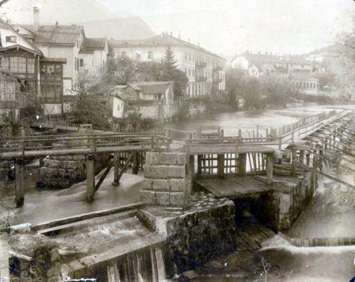 Altes Foto von der Ischl 1898 - mit Wehranlage am Rechensteg (Quelle: Stadtamt Bad Ischl)